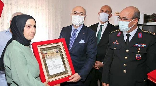 İzmir Valisi Yavuz Selim Köşger'den huzurevi ve şehit ailelerine ziyaret